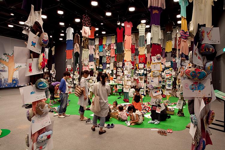 安部泰輔、ワークショップ「ふしぎの森の美術館」展示⾵景、2010年
